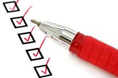 Pena e lista de verificação vermelhas imagens de stock