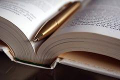 Pena e livro Imagens de Stock