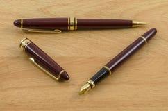 A pena e o lápis de fonte ajustaram 02 Imagens de Stock