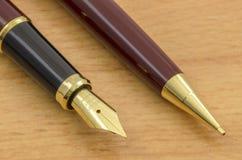 A pena e o lápis de fonte ajustaram 05 Fotos de Stock