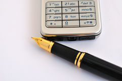 Pena e telemóvel de fonte Fotografia de Stock Royalty Free
