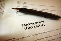 Pena em assinaturas em um documento jurídico Foto de Stock Royalty Free