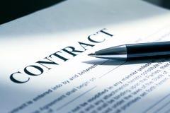 Pena em papéis do contrato