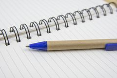 Pena em uma folha branca Imagem macro com profundidade de foco rasa imagem de stock royalty free