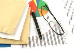 Pena, envelopes e vidros de Ballpoint imagens de stock royalty free