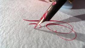 A pena escreve no papel video estoque