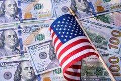 Pena, eyeglasses e gráficos Bandeira americana no fundo das notas de dólar dos E.U. Imagens de Stock Royalty Free