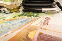 Pena mais clara do pulso de disparo da bolsa no fundo de euro- notas do dinheiro 100 Fotografia de Stock