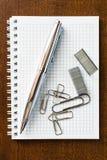 Pena no caderno com os grampos e os grampos Fotos de Stock