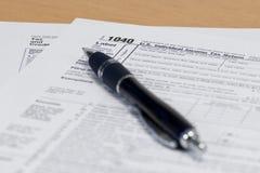 Pena no formulário de imposto 1040 Fotos de Stock