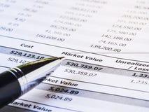 Pena no relatório da indicação do investimento Fotografia de Stock