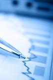 Pena no relatório financeiro Foto de Stock