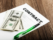 Pena nos papéis e nos do contrato dólares americanos Fotografia de Stock Royalty Free