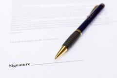 Pena para a assinatura que encontra-se no papel do contrato Fotografia de Stock