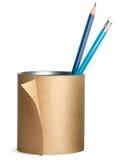 Pena, potenciômetro do lápis envolvido acima no papel marrom Fotos de Stock