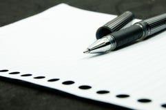 Pena preta no Livro Branco Fotografia de Stock Royalty Free