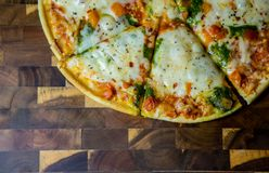 Pena reta acima do cortado recentemente de Oven Home Made Pizza quente Imagem de Stock Royalty Free
