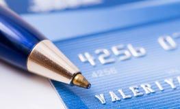 Pena sobre o cartão de crédito fotografia de stock royalty free