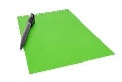 Pena sobre o livro verde fechado da almofada de nota Imagem de Stock Royalty Free