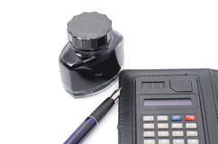Pena, tinta e calculadora isoladas Fotografia de Stock Royalty Free