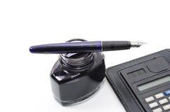 Pena, tinta e calculadora isoladas Imagens de Stock Royalty Free