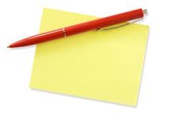 Pena vermelha e memorando amarelo Fotos de Stock