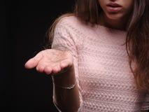 Penacho del primer del pelo en una mano La tenencia triste de la mujer enredó, pelo problemático en el fondo negro Concepto de la Fotos de archivo