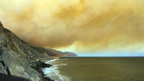 Penachos masivos del humo sobre PCH-1, CA Imágenes de archivo libres de regalías