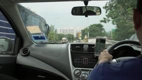 PENANG-EILAND, MALEISIË - MEI 31, 2018: Taxibestuurder Driving Car Mening van auto stock video