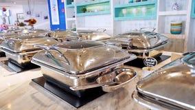 Penang, Malásia, o 21 de março de 2016 Bata com os pratos frescos na tabela de bufete abastecida Movimento lento 1920x1080 video estoque