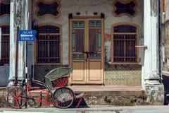 PENANG, MALASIA - 1 DE NOVIEMBRE DE 2014: Trishaw rojo, calle Jalan Sehala, George Town Fotos de archivo