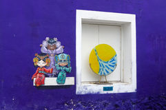 PENANG, MALAYSIA - 18. APRIL 2016: Bunte Straßenkunstmalerei von drei chinesischen Puppen in George Town Lizenzfreie Stockbilder