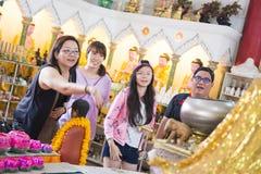 PENANG, MALAYSIA-AUGUST 10, 2015: podróżnik rzuca monetę wewnątrz Fotografia Stock