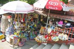 PENANG MALAYSIA-AUGUST 10, 2015 souvenir shoppar i ormtempel a Arkivbilder