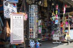 PENANG MALAYSIA-AUGUST 10, 2015 souvenir shoppar i ormtempel I Royaltyfri Foto