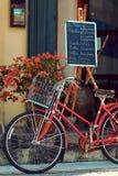PENANG, MALAYSIA - 1. NOVEMBER 2014: Rotes altes Fahrrad, Straße Jalan Sehala, George Town Stockbild