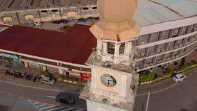 Penang Maleisië - 2 Mei, 2018: antenne van Victoria Memorial Clock Tower, Georgetown, Penang wordt geschoten die stock videobeelden