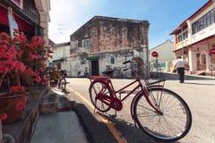 PENANG, MALEISIË - NOVEMBER 1, 2014: Rode oude fiets, straat Jalan Sehala, George Town Stock Foto's