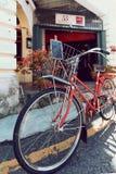 PENANG, MALESIA - 1° NOVEMBRE 2014: Vecchia bicicletta rossa, via Jalan Sehala, George Town immagine stock libera da diritti