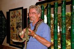 Penang, Malezja: Turysta przy węża gospodarstwem rolnym Zdjęcie Stock