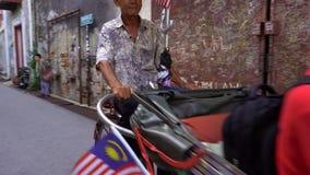 Penang, Malezja - 7 2016 Wrzesień: Azjatycka para iść cyklu riksza zdjęcie wideo