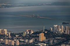 Penangbrug Sultan Abdul Halim Muadzam Shah Bridge en het overzees met schemerhemel die van Penang-Heuvel bekeek Royalty-vrije Stock Foto's