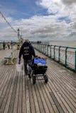 Penarth, Galles - 21 maggio 2017: Sul pilastro di Penarth, andare del pescatore Immagine Stock Libera da Diritti