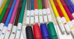 Penas coloridas de feltro e marcadores permanentes imagem de stock