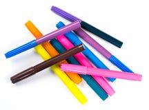 Penas coloridas diferentes em uma folha de papel branca Imagens de Stock
