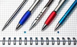 Penas coloridas Penas no caderno Fotos de Stock Royalty Free