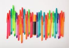 Penas de esferográfica de cores diferentes em um fundo branco foto de stock royalty free
