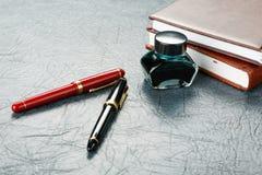 Penas de fonte com tinta Imagem de Stock