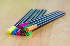 Penas de marcador da cor na tabela de madeira Fotos de Stock Royalty Free