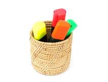 Penas de marcadores coloridas na cesta e no fundo branco Foto de Stock Royalty Free